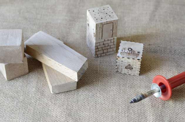 Cubes en bois pyrogravés pour jouer