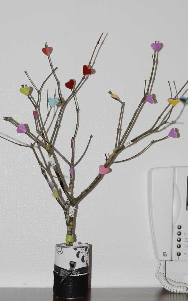 Décoration nature coeurs en cuir collés sur des branches