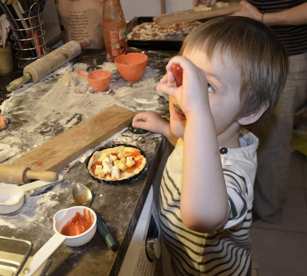 Faire à manger en faisant participer les jeunes enfants