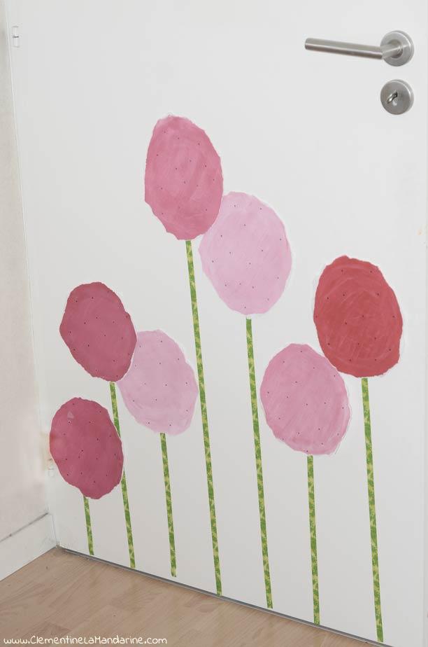 Décoration écologique de porte en fleurs géantes