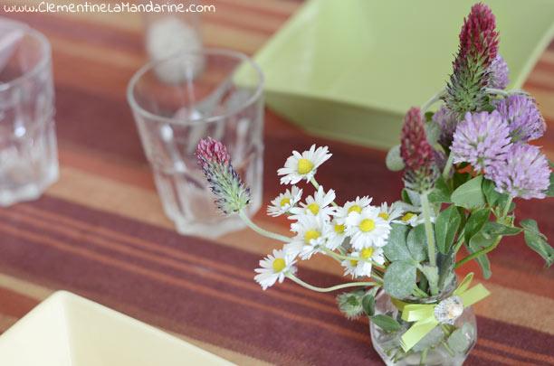 Bouquet de fleurs des champs à table