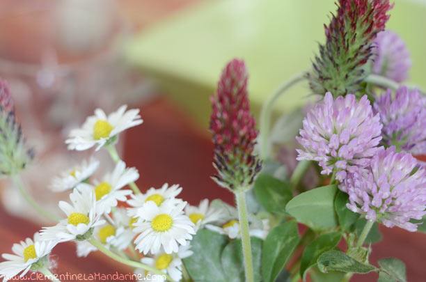 Décoration de table avec des fleurs des prés
