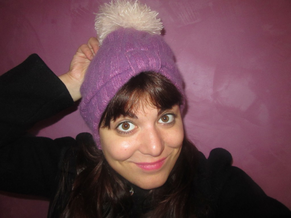 DIY bonnet a pompon dans un pull recycle