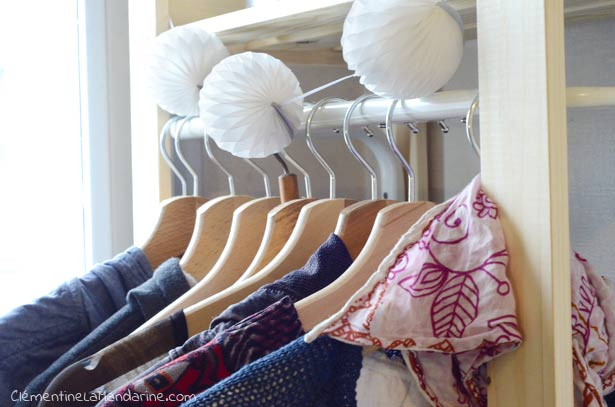 DIY – transformer une étagère en penderie pour garde-robe minimaliste