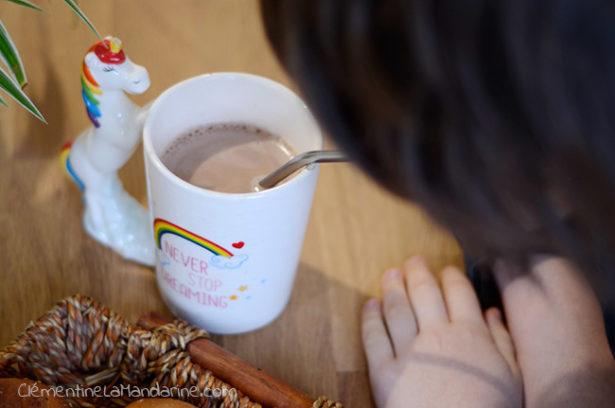 boire son chocolat chaud avec une paille lavable, les enfants adorent