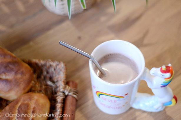 chocolat chaud au lait de cajou maison : dans une jolie tasse, avec une paille en inox !